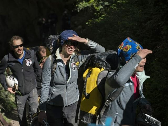 Teilnehmende beim Verlasen der Höhle mit Sonnenbrillen.