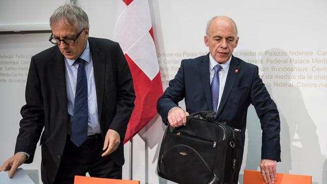 Il Cusseglier federal Ueli Maurer preschenta il rapport davart la politica da segirezza en Svizra.