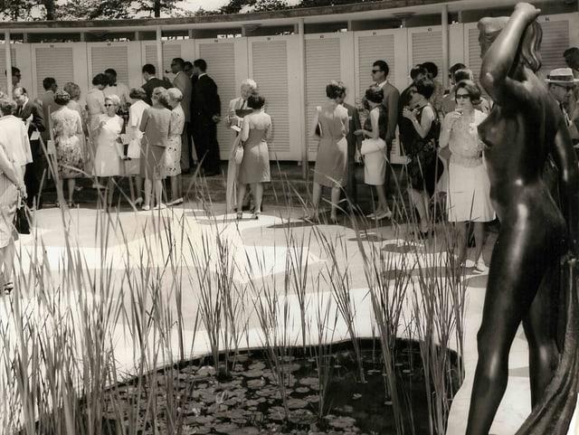 Historisches Bild, Menschen vor einem Teich.