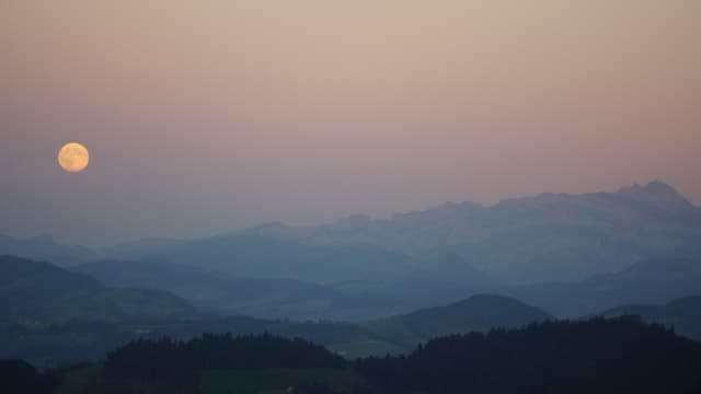 Vollmond über Bergkette mit Säntis