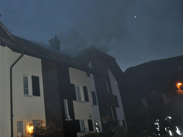 Haus, aus welchem Rauch aufsteigt.