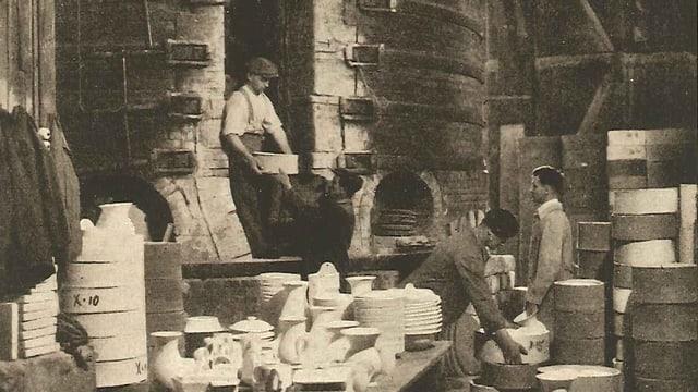 Arbeiter der Tonwarenfabrik ZIegler beschicken den Brennofen. Um 1912.
