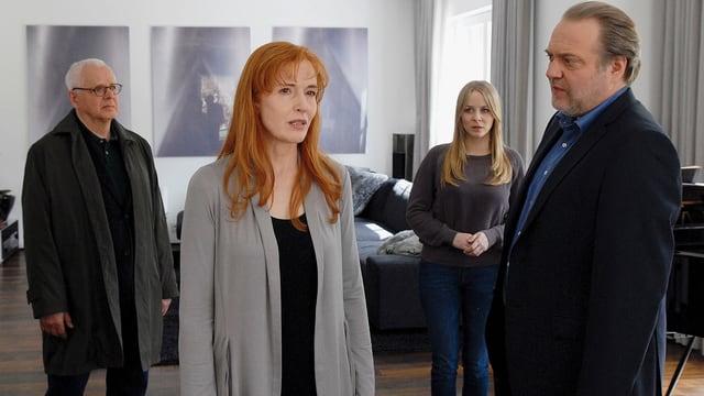 Zwei Männer und zwei Frauen unterhalten sich in einer eleganten Wohnung.