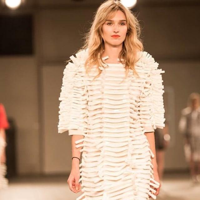 Manuela Frey in weissem Kleid auf dem Laufsteg