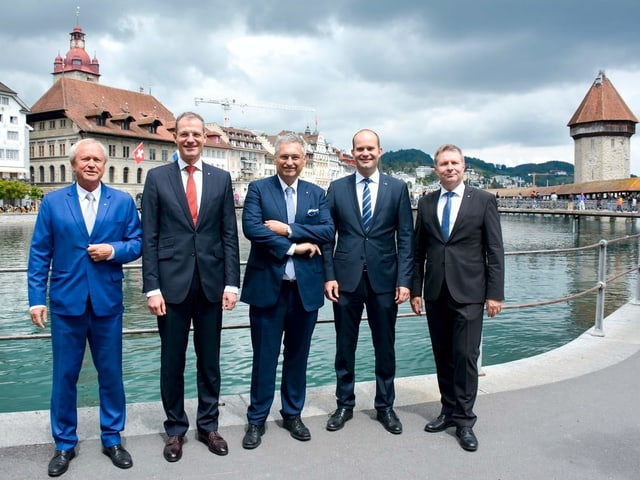 Fünf Männer stehen am Reussufer.