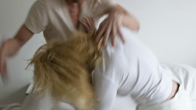 Mann schlägt Frau. (Symbolbild)