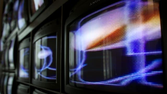 Eine Skulptur von Röhrenmonitoren mit Farbspielen auf dem Bildschirm