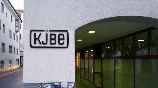 Purtret dal logo da la KJBE.