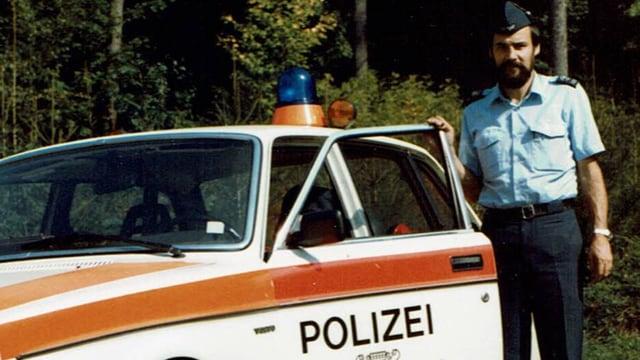 Bernhard Pfister neben Polizeiauto.