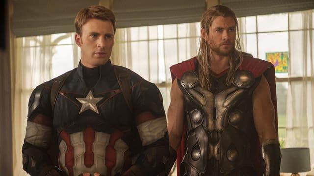 Captain America und Thor stehen nebeneinander.