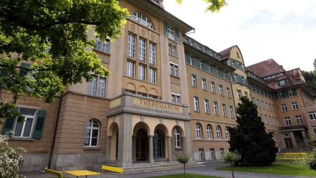 Ein altes historisches Gebäude in hellem Ocker - ein Gymnsium.