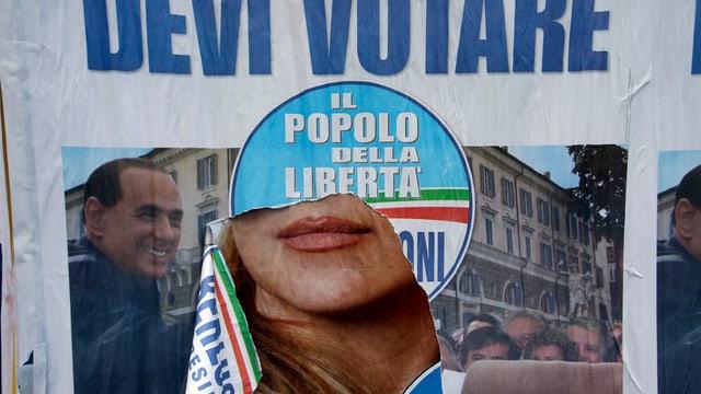 Ein zerrissenes Wahlplakat der Partei von Silvio Berlusconi