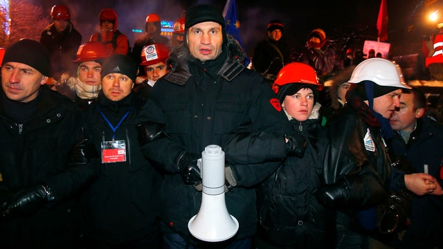 Vitali Klitschko umringt von Mitdemonstranten