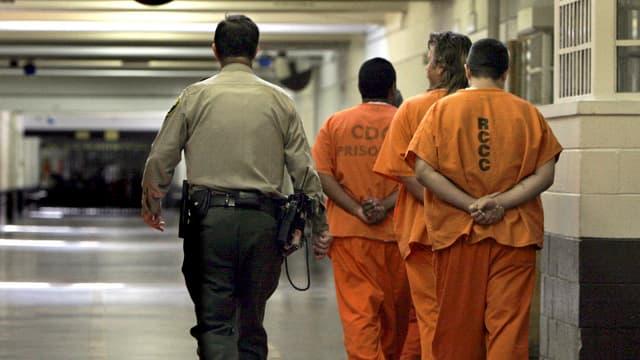 Ein Gefängniswächter eskortiert US-Gefangene.