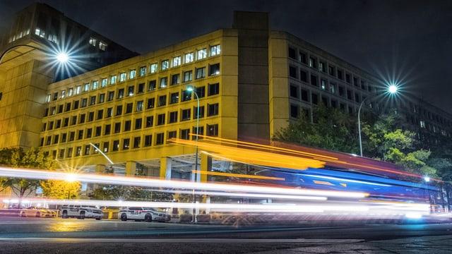 FBI-Gebäude bei Nacht.
