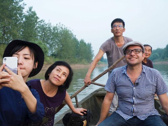 Pascal Nufer mit der Familie seiner Haushälterin CG auf einem Seitenarm des Jangtse
