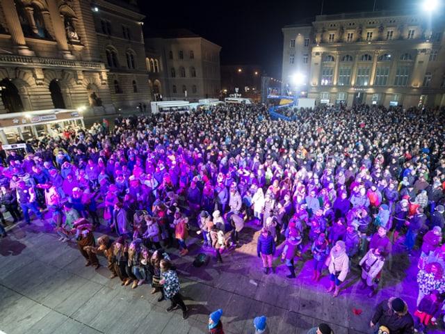 Foto vom Publikum auf dem Bundesplatz während Anics Auftritt im Pijama.