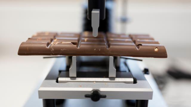 Eine Schokolade auf einem Prüfgerät