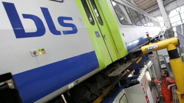 BLS-Zug in einer Werkstatt
