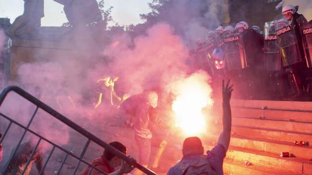 Demonstranten und die Polizei stehen sich vor dem Parlament in Belgrad gegenüber.