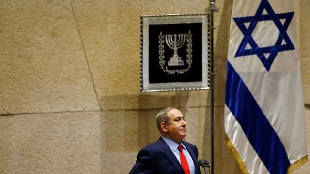 Israelischer Ministerpräsident Benjamin Netanjahu vor israelischer Flagge