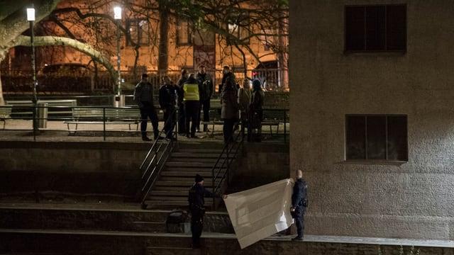 Polizisten stehen vor Moschee
