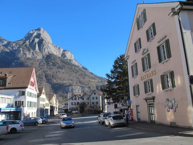 Der Dorfplatz mit Rathaus und dem Gonzen.