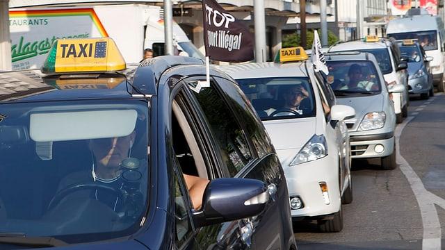 Autists da taxi a Genevra che fan protesta encunter Uber.