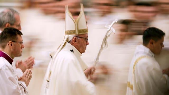 Der Papst vor verschwommenem Hintergrund.