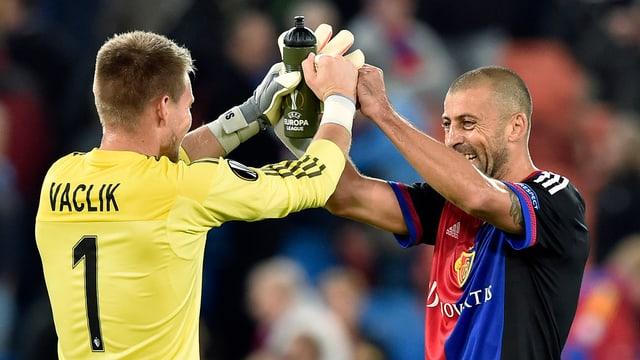 Die Basel-Spieler Vaclik und Samuel greifen sich nach dem Sieg an den Händen.