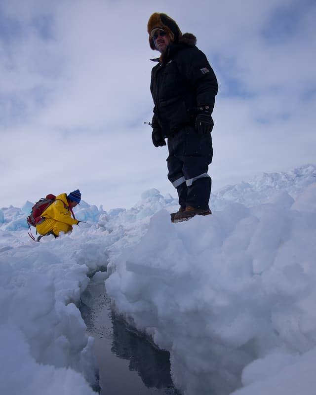 Joe Leavitt betrachtet den Riss im Eis.
