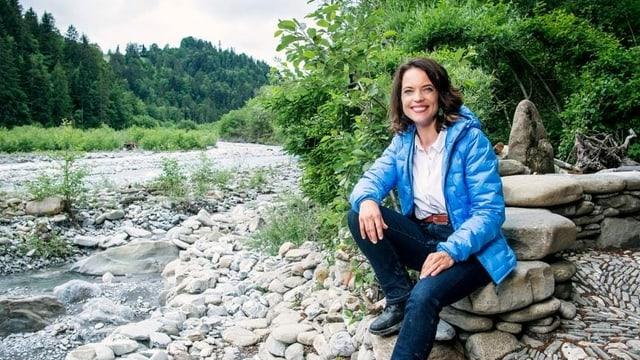 Mona Vetsch an einem Fluss