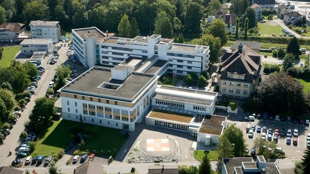 Ein Gebäude mit Flachdach aus der Vogelperspektive.
