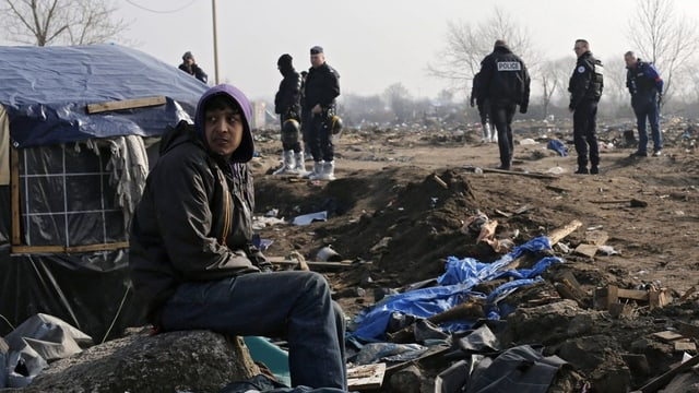 En il champ da fugitivs a Calais.