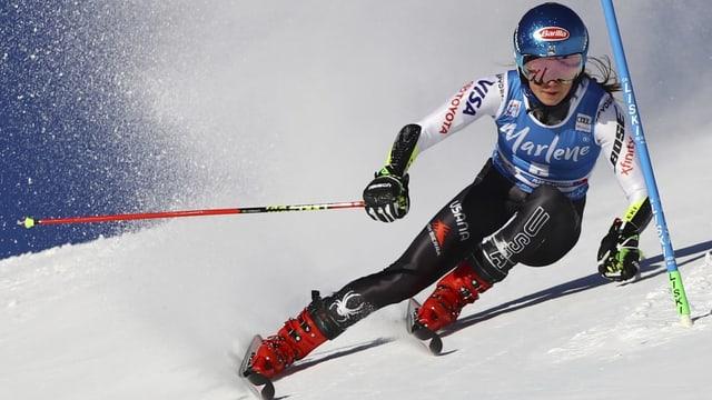 ina skiunza durant la cursa da slalom gigant