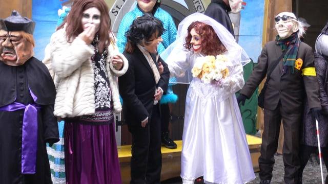 Die Fasnachtsgruppe Helena Stubenrein mit Braut und Bräutigam