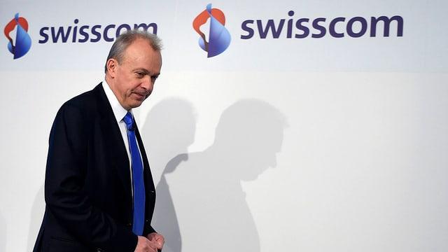 Swisscom-CEO Urs Schaeppi vor dem Swisscom-Logo.