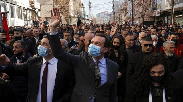 Albin Kurti im Mengenbad beim Wahlkampf mit Corona-Maske