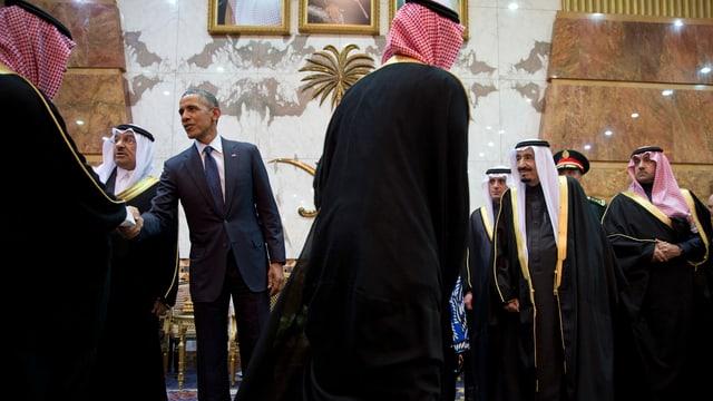 Symbolbild: Obama schüttelt Männern in saudischer Kleidung die Hand.