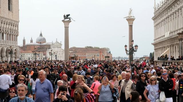 Touristenmenge auf dem Markusplatz.