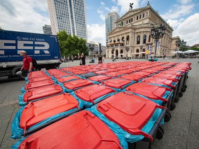 Dutzende Mülltonnen stehen auf dem Platz.