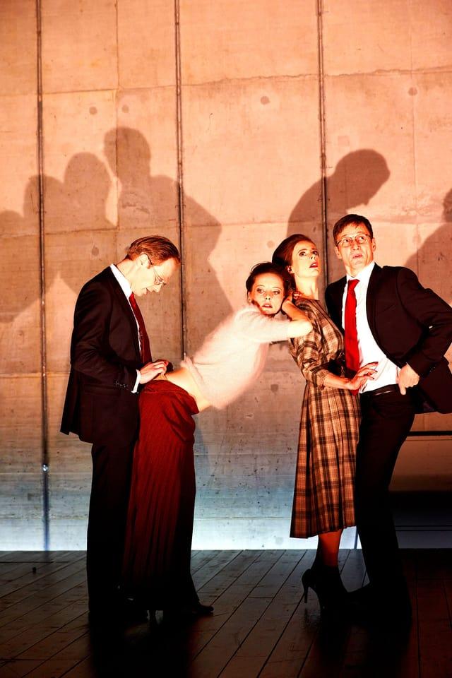 Vier Menschen auf der Bühne
