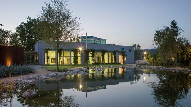 Modernes Gebäude mit Teich - das Museum in Roggwil.