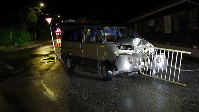 auto demolì cun in toc d'in tschabargal, fitgà en la part davant
