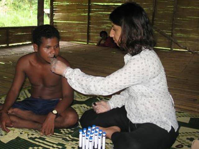 Asifa Majid mit einem Stammesangehörigen der Semai.