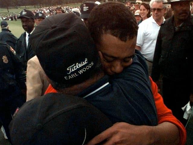 Tiger Woods umarmt Vater Earl Woods nach dem Sieg am US Masters