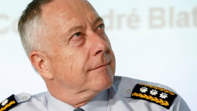 Porträt-Aufnahme von Blattmann im Hemd mit Schulterpailletten, er blickt zur Seite.