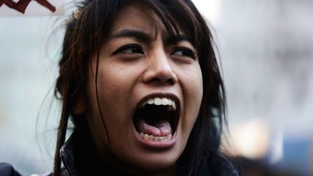 Eine junge Sioux-Indianerin bei einem Protest.