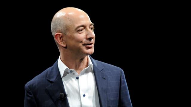 Amazon-Chef Jeff Bezos vor schwarzem Hintergrund.