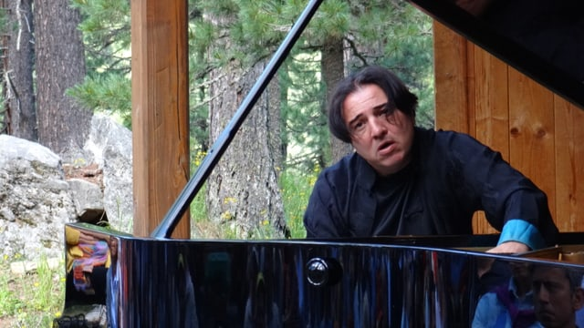 Fazil Say durant il concert en il guaud da Tais sut tschiel avert.
